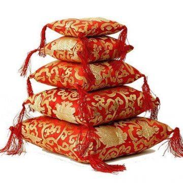 Klankschaalkussen rood met bloemmotief